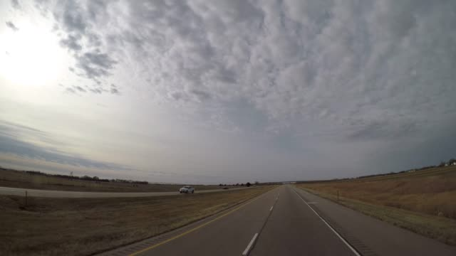 pov運転ショット - 冬の間に農村のネブラスカの広角します。 - 州間高速道路点の映像素材/bロール
