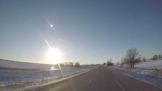 pov運転ショット - アメリカ ・ イリノイ州ラサール近く冬の広角します。 - 州間高速道路点の映像素材/bロール