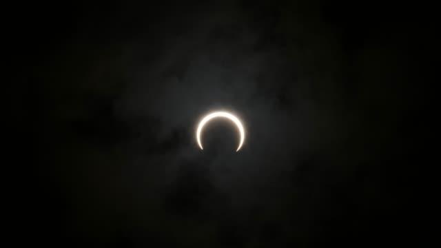 vidvinkel timelapse av ringformig solförmörkelse - halvmåne form bildbanksvideor och videomaterial från bakom kulisserna