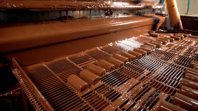 Visión gran angular en el trabajo de línea de fabricación en la fábrica de caramelos. - vídeo