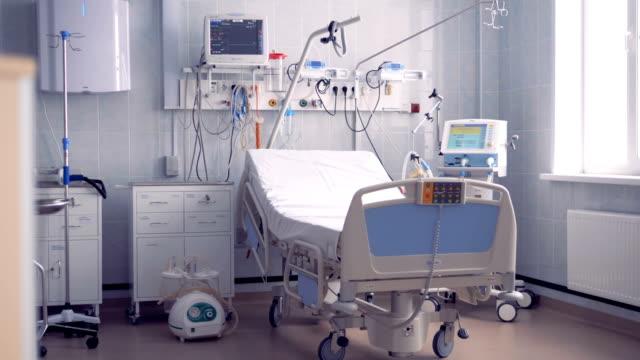 weitwinkel-blick auf eine vollausgestattete krankenstation mit einem einzelbett - krankenstation stock-videos und b-roll-filmmaterial