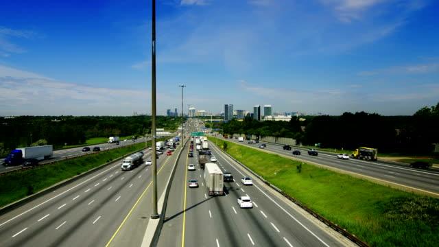 ampia vista di king's highway 401 vicino a toronto, ontario canada - ontario canada video stock e b–roll