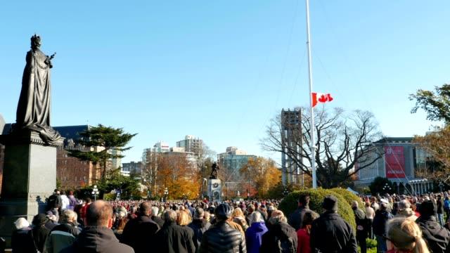 vídeos y material grabado en eventos de stock de gran angular; vista de día del recuerdo memorial servicio en frente de cenotaph - memorial day