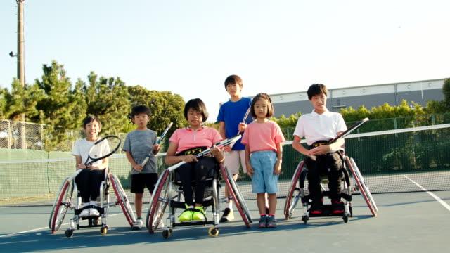アダプティブテニス選手のチームのslo moワイドショット - disabilitycollection点の映像素材/bロール