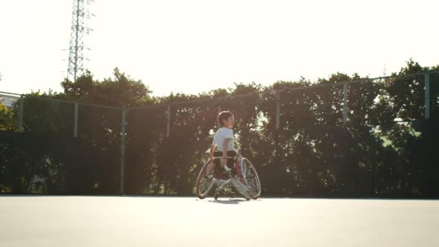 stockvideo's en b-roll-footage met slo mo breed schot van een adaptieve tennissers spelen dubbelspel - activiteit