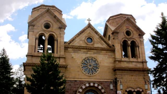 geniş bir eski taş katolik katedrali vurdu - fransa kralı i. fransuva stok videoları ve detay görüntü çekimi