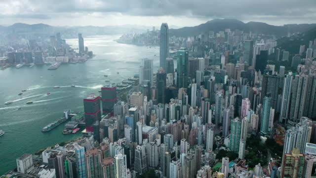 wide shot of hong kong cityscape real time aerial view - центральный район стоковые видео и кадры b-roll
