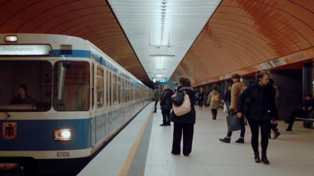 bred bild av tunnelbane stationen i münchen. tunnel bane tåg anländer, och människor flyttar på och av tåget. - munich train station bildbanksvideor och videomaterial från bakom kulisserna