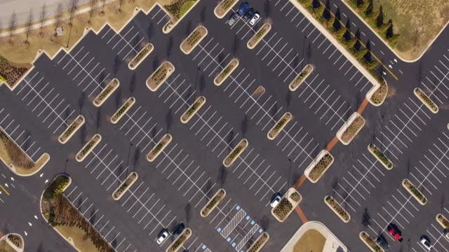 stockvideo's en b-roll-footage met wide shot van meestal lege parkeerplaats - parkeren