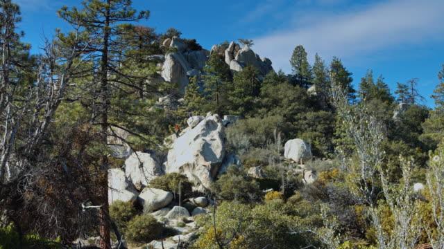 vídeos y material grabado en eventos de stock de amplia la foto de dos hombres subiendo una roca - escalada en rocas
