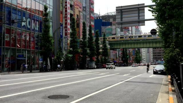 breda skott. fotgängare trångt shoppingområdet akihabara electric town i tokto, japan .rowded shoppingområdet akihabara electric town i tokto, japan - billboard train station bildbanksvideor och videomaterial från bakom kulisserna