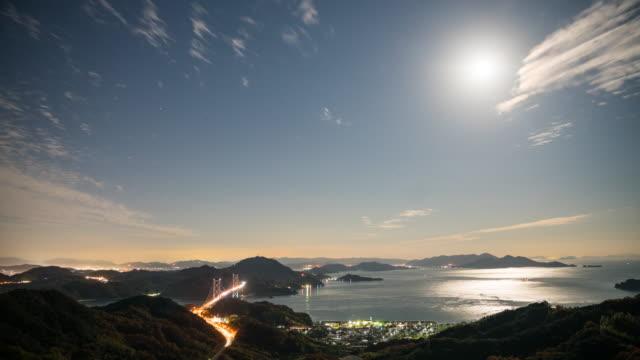 geniş atış zaman atlamalı bir trafik adaları üzerinde bir köprü gece arasında commuting - hiroshima stok videoları ve detay görüntü çekimi