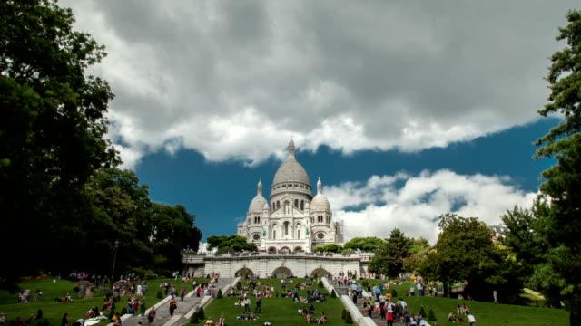 wide shot timelapse sacre cœur church in paris. - basilika katedral bildbanksvideor och videomaterial från bakom kulisserna
