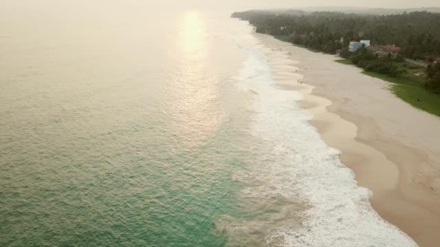 vidéos et rushes de plage de coucher de soleil large. vue aérienne - mer d'andaman