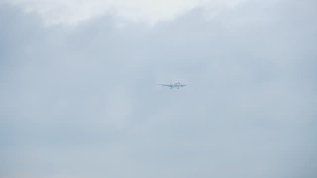 雲の中に接近するワイドボディ飛行機 ビデオ