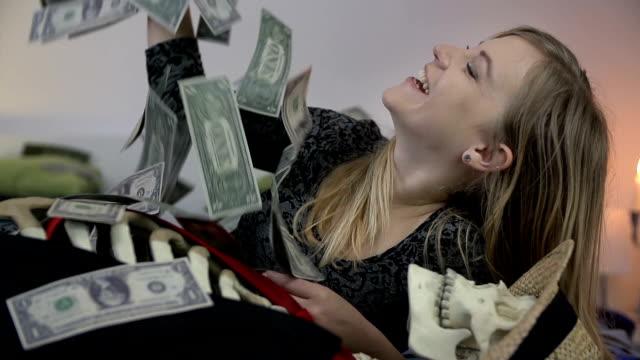 widow enjoys the money she inherited from her dead husband - i̇nsan i̇skeleti stok videoları ve detay görüntü çekimi