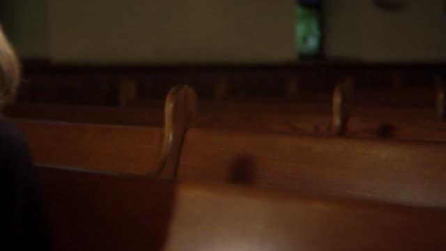 stockvideo's en b-roll-footage met hd dolly: widow shows grief in a church - kerk