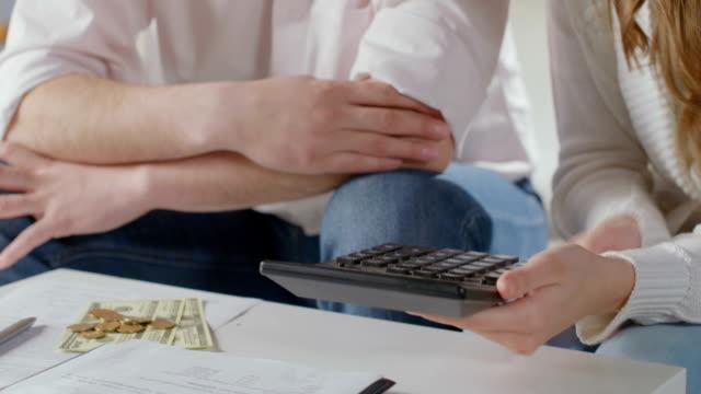 frau und mann zeigt familie budget, niedrige löhne, kein geld - niedrig stock-videos und b-roll-filmmaterial