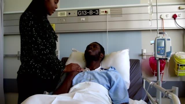 karısı kocasının hastanede teselli - ziyaret stok videoları ve detay görüntü çekimi