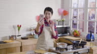 istock wife show process of making dessert on video call 1189024792