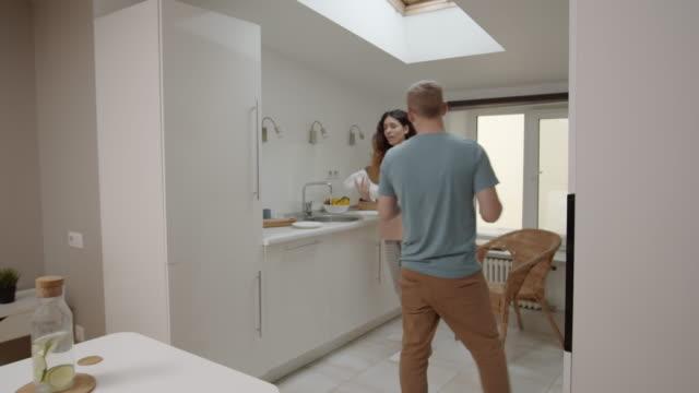 stockvideo's en b-roll-footage met vrouw smashing plate en man gooien water in haar gezicht in binnenlandse strijd - couple fighting home