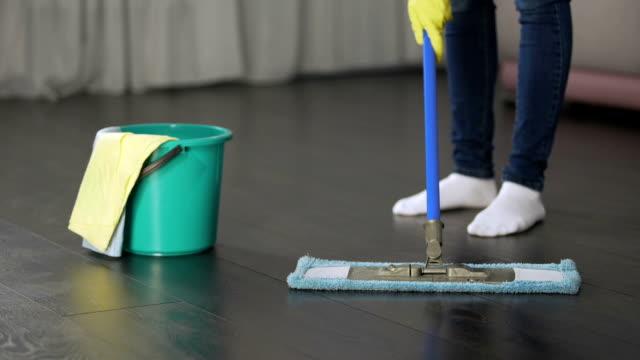 Esposa cansada de servir a su hombre y limpieza de casa todos los días, bullying en la familia - vídeo