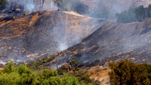 vídeos de stock e filmes b-roll de wildfire 1a firefighters - inflamável