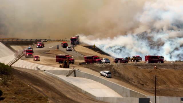 wildfire 1f firefighters arriving - skog brand bildbanksvideor och videomaterial från bakom kulisserna