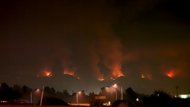 stockvideo's en b-roll-footage met wildfire raging in hills (hd) - bosbrand