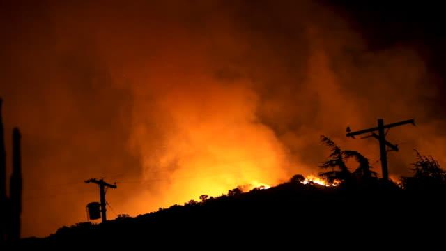 wildfire imperversa in hills (hd - cavo dell'alta tensione video stock e b–roll
