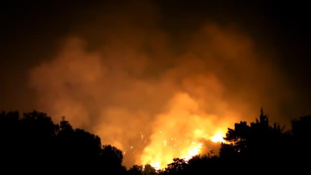 wildfire imperversa in hills (hd - incendio doloso video stock e b–roll