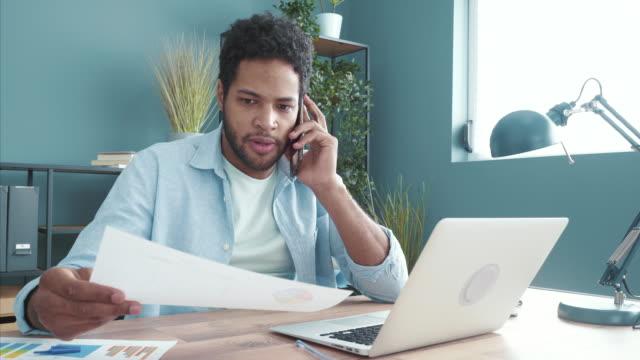 jag kommer att sluta arbeta med dig snart! - office workers talking bildbanksvideor och videomaterial från bakom kulisserna