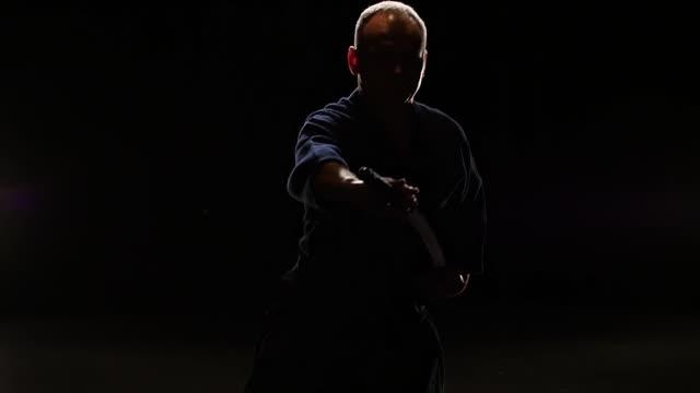 意志劍道戰士練習武術與卡塔納劍,慢動作 - sword 個影片檔及 b 捲影像