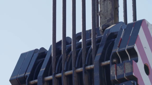 vídeos de stock, filmes e b-roll de cabos do guincho nos rolos de guia do bloco do gancho - pesado peso