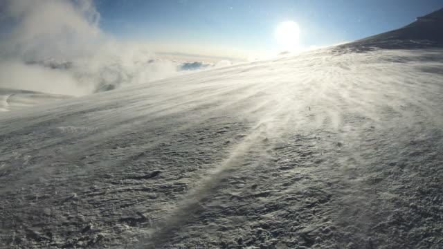vidéos et rushes de vent au sommet de la montagne du mont blanc. - paysage extrême