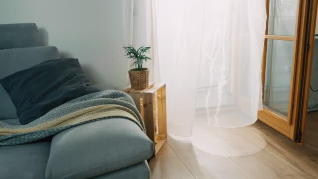 ds vento che soffia attraverso una tenda in un soggiorno - ambientazione interna video stock e b–roll