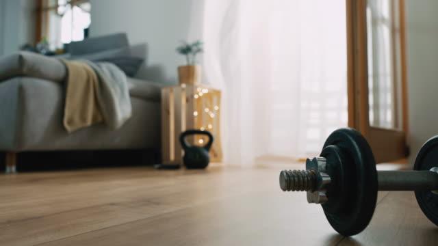 slo mo wind weht durch vorhänge im wohnzimmer - fitnessausrüstung stock-videos und b-roll-filmmaterial