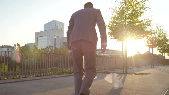 vidéos et rushes de le vent souffle businessmans journaux et le pantalon regardant les déchirures - homme slip