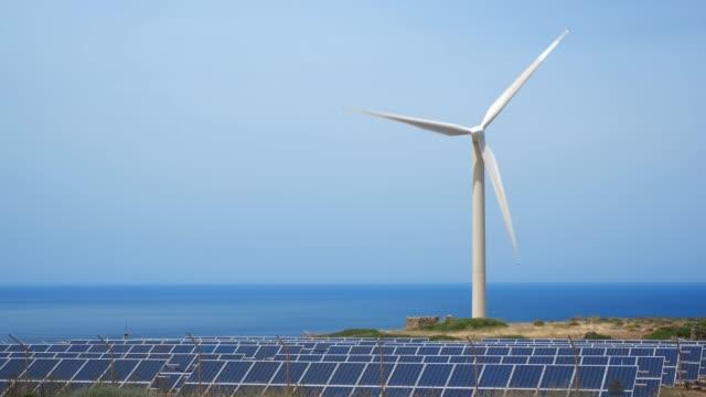 vídeos de stock e filmes b-roll de wind generator turbine in sky - equipamento solar
