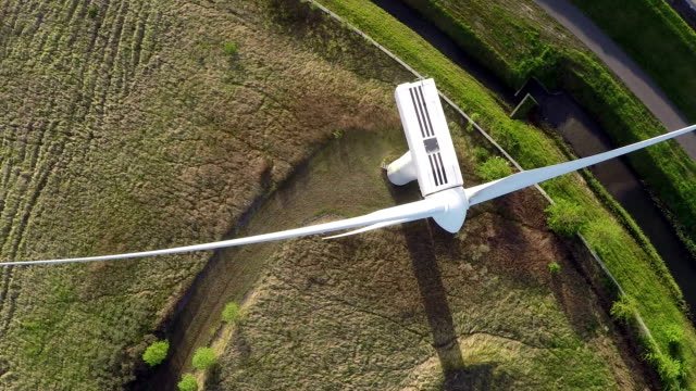 aerial video di generatore di turbina a vento/pioggia - sustainability video stock e b–roll