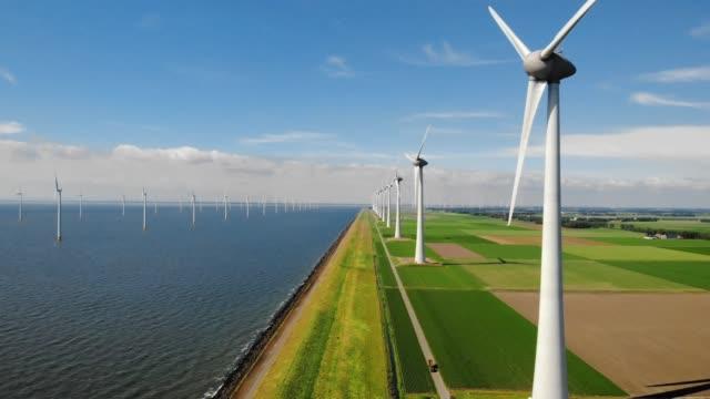 空中から風力タービン、オランダ最大のアイセルマイヤー湖の風車農場をウィンドパークウェスターマイヤーダイクでドローンビュー、持続可能な開発、再生可能エネルギー - オルタナティブカルチャー点の映像素材/bロール
