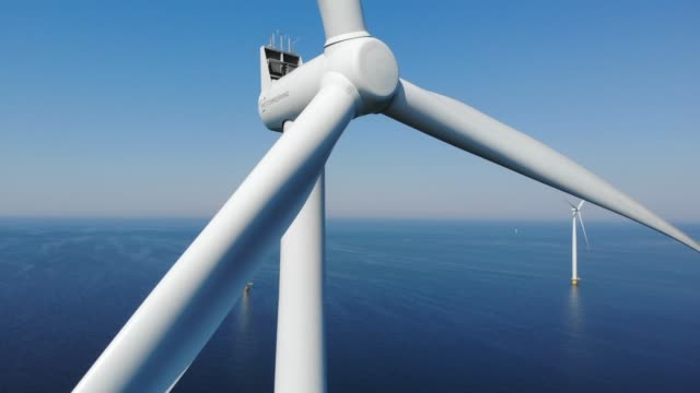 vídeos y material grabado en eventos de stock de turbina de viento desde vista aérea, vista de drones en el parque eólico westermeerdijk un parque de molinos de viento en el lago ijsselmeer el más grande de los países bajos,desarrollo sostenible, energía renovable - turbina