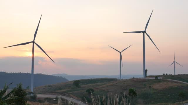 vídeos y material grabado en eventos de stock de turbina de viento al atardecer - energía eólica