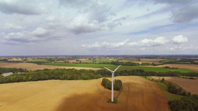 vindkraftverk på ett vetefält - summer sweden bildbanksvideor och videomaterial från bakom kulisserna