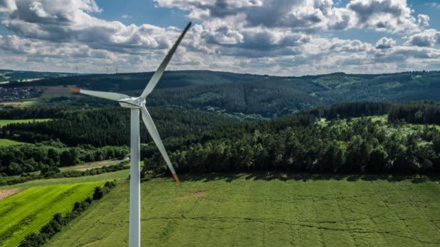 antenn: vindkraftverk - vindsnurra jordbruksbyggnad bildbanksvideor och videomaterial från bakom kulisserna