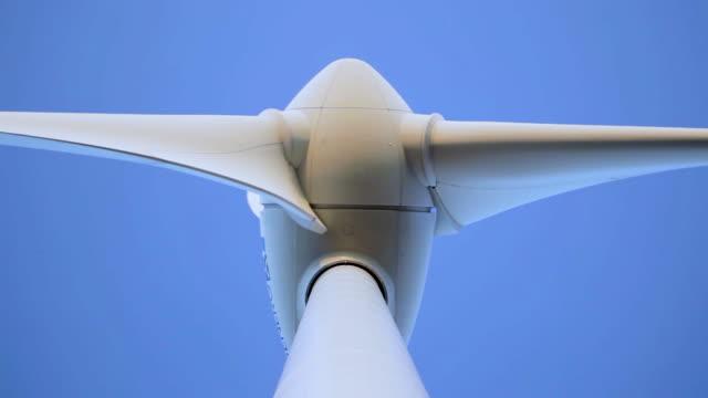 vídeos y material grabado en eventos de stock de turbina eólica vista desde abajo - generadores