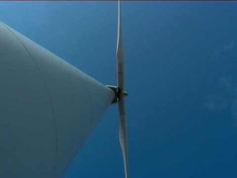 turbina a vento di zoom indietro (zoom out - attrezzatura energetica video stock e b–roll
