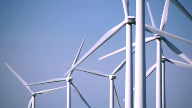 vídeos y material grabado en eventos de stock de turbinas eólicas contra el cielo despejado - energía eólica