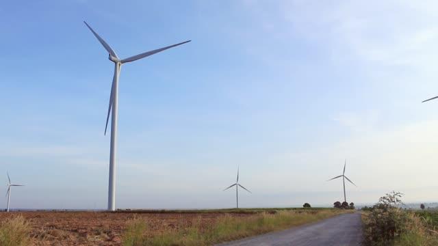 rüzgar türbinleri alternatif enerji alanında. - start stok videoları ve detay görüntü çekimi