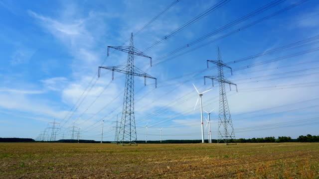 Windkraftanlagen und Strommasten – Video